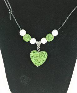 Hjertepalletten mini. skinnsmykke med mosegrønnt lava hjerte