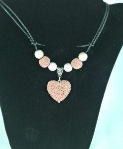 Hjertepalletten mini. skinnsmykke med gammelrosa lava hjerte