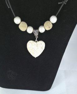 Hjertepalletten mini. skinnsmykke med hvitt lava hjerte