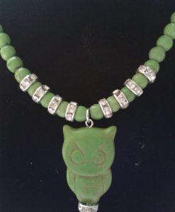 Grønnt howlitesmykke med ugle og bling