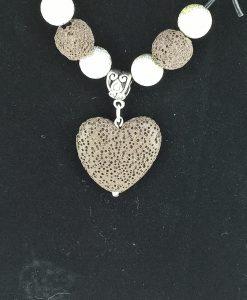 hjertepalletten mini. skinnsmykke med brunt lava hjerte