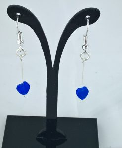 Ørepynt med blå kattøye hjerter