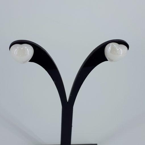 Ørestikk med hvite porselenshjerter