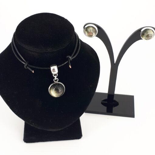 2-delt smykkesett i gråtoner. Glass caboushong