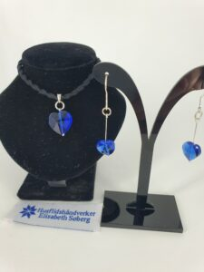 Blå krystallhjerter, sølv, og med gummisnor