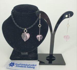 Rosa krystallhjerte sett med gummisnor