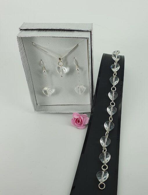 Smykkesett med blanke krystallhjerter og sølv