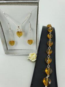 Smykkesett med gylne krystallhjerter og sølv